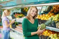 Kobieta zakupy owoc obrazy stock