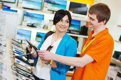 Kobieta zakupy przy elektronika supermarketem zdjęcia royalty free