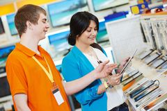 Kobieta zakupy przy elektronika supermarketem obrazy stock