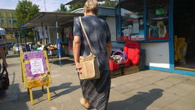 Kobieta zakupy przy pchli targ w Wrocławskim, Polska zdjęcia stock