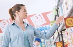 Kobieta zakupy przy sklepem zdjęcie stock