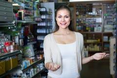 Kobieta zakupy sztuki dostawy Zdjęcia Stock