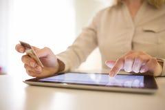 Kobieta zakupy używać pastylka komputer osobistego i kredytową kartę Online Zdjęcia Stock