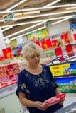 Kobieta zakupy w dużym sklepie fotografia royalty free