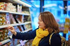 Kobieta zakupy w sklepie spożywczym, supermarkecie/ Obrazy Stock