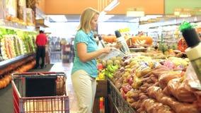 Kobieta zakupy w supermarkecie zbiory