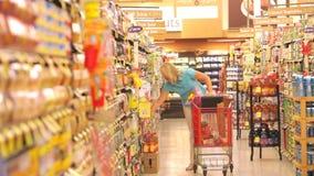 Kobieta zakupy w supermarkecie zdjęcie wideo