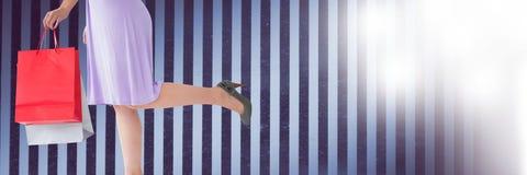 Kobieta zakupy z stripey tłem fotografia stock