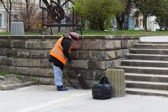 Kobieta zamiata ulicznego cleaner obrazy stock