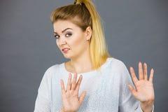 Kobieta zaprzecza coś pokazuje przerwa gest z rękami fotografia royalty free
