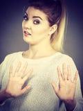 Kobieta zaprzecza coś pokazuje przerwa gest z rękami obraz royalty free