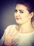 Kobieta zaprzecza coś pokazuje przerwa gest z rękami obraz stock