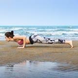 Kobieta Zaszaluje rozciąganie przewód Trenuje Zdrowego styl życia plaży pojęcie Zdjęcie Royalty Free