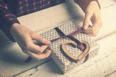 kobieta zawija prezent dla ukochanego wiązać faborek obraz royalty free