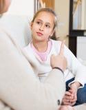Kobieta zawstydzi małej córki Zdjęcie Stock