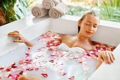 Kobieta zdroju kwiatu skąpanie Aromatherapy Relaksować Różaną wannę piękno zdjęcia stock