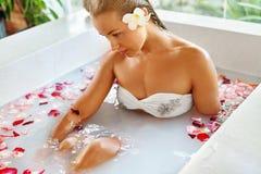 Kobieta zdroju kwiatu skąpanie Aromatherapy Relaksować Różaną wannę piękno Zdjęcie Royalty Free