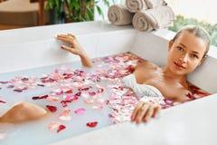 Kobieta zdroju kwiatu skąpanie Aromatherapy Relaksować Różaną wannę piękno Zdjęcia Royalty Free