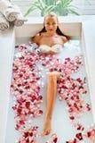 Kobieta zdroju kwiatu skąpanie Aromatherapy Relaksować Różaną wannę piękno Fotografia Royalty Free