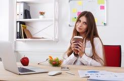 Kobieta zdrowego biznesowego lunch w nowożytnym biurowym wnętrzu Fotografia Royalty Free