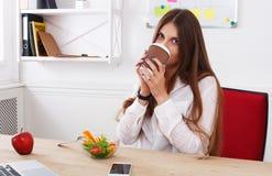 Kobieta zdrowego biznesowego lunch w nowożytnym biurowym wnętrzu Obrazy Royalty Free