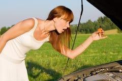 Kobieta zginająca nad samochodowym silnikiem Zdjęcie Royalty Free