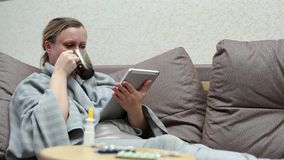 Kobieta zimno w domu Kłamać na leżance z pastylką zdjęcie wideo