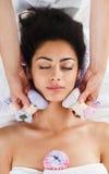 Kobieta ziołowego balowego masaż w ayurveda zdroju wellness centrum Zdjęcia Royalty Free