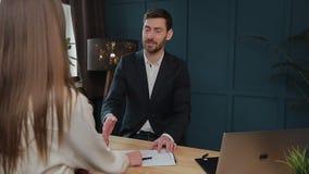 Kobieta znaka hipoteki kontrakt, stawiający podpis na sprzedaż zakupu do wynajęcia zgodzie, handshaking pośrednik handlu nierucho zbiory wideo