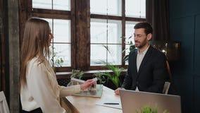 Kobieta znaka hipoteki kontrakt, stawiający podpis na sprzedaż zakupu do wynajęcia zgodzie, handshaking pośrednik handlu nierucho zdjęcie wideo