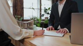 Kobieta znaka hipoteki kontrakt, stawiający podpis na sprzedaż zakupu do wynajęcia zgodzie, handshaking pośrednik handlu nierucho zbiory
