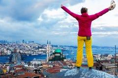 Kobieta zostaje na dachu wierzchołku budynek z rękami podnosić obrazy stock