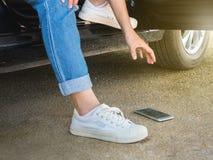 Kobieta zrywanie Łamający Mądrze telefon od ziemi obraz stock