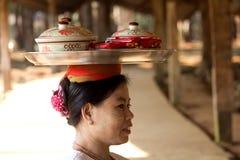 Kobieta zwrot jej głowa taca jedzenie Zdjęcie Stock