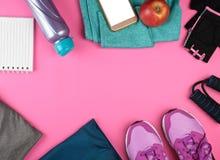 kobiety «s sportswear dla sportów i sprawności fizycznej, obok smartphone z pustym bielu ekranem, hełmofonami i zdjęcie royalty free