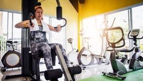 Kobiety ćwiczą w fachowym gym z wyborem exerci obraz stock