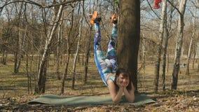Kobiety ćwiczy aerogravity w parku i uśmiech w kamerze zbiory