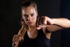 Kobiety ćwiczy boksować w sprawności fizycznej studiu obraz royalty free