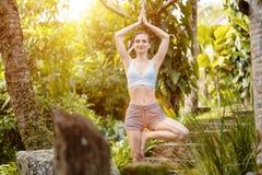 Kobiety ?wiczy joga w luksusowej tropikalnej d?ungli obrazy royalty free
