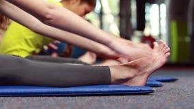 Kobiety ćwiczy w sprawności fizycznej klasie zbiory