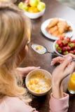 Kobiety łasowania śniadanie fotografia stock