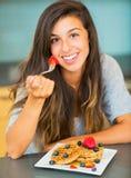 Kobiety łasowania śniadanie obraz royalty free