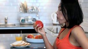 Kobiety łasowania czerwieni jabłko zdjęcie wideo