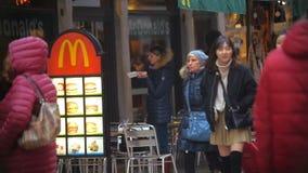 Kobiety łasowania fast food McDonalds zdjęcie wideo