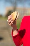 Kobiety łasowania hamburger i francuzów dłoniaki Zdjęcie Royalty Free