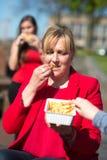 Kobiety łasowania hamburger i francuzów dłoniaki Obrazy Stock