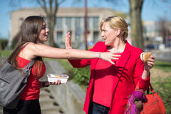 Kobiety łasowania hamburger i francuzów dłoniaki Zdjęcie Stock