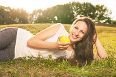 Kobiety łasowania jabłko Obraz Stock
