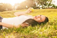Kobiety łasowania jabłko Obrazy Royalty Free