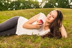 Kobiety łasowania jabłko Zdjęcia Stock